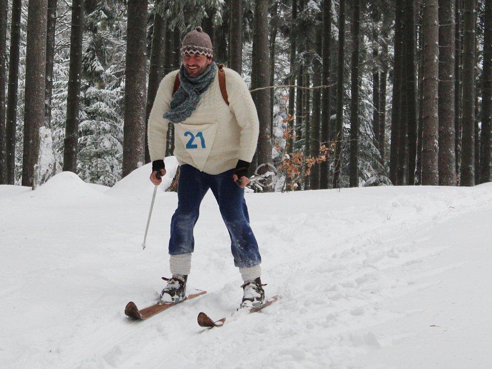 Sjezd na historických lyžích z Pancíře.