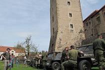 Historický konvoj vojenských vozidel zastavil na oběd na Švihově