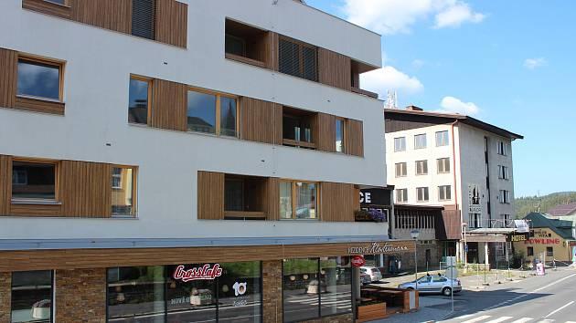Zbouraný chátrající hotel Plzeň naproti železnorudské radnici nahradila nová budova (vpředu), proměna čeká i hotel Javor (vzadu).
