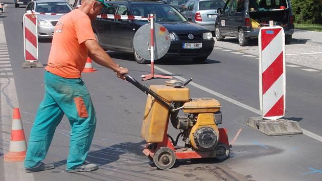 S dopravní komplikací musí počítat řidiči v Koldinově ulici v Klatovech. Kvůli přerušení napojení na kanalizaci, ke kterému došlo během nedávno skončené rekonstrukce ulice, museli znovu nastoupit dělníci a do nově vyasfaltované komunikace zasáhnout.
