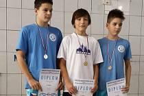 Sušický Jan Panenka (uprostřed) z TJ Klatovy vyhrál dva závody sdruženého krajského finále v plavání 2015.