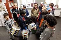 Děti ze Základní školy v Palackého ulici ve Slaném s víčky ve slánském infocentru.