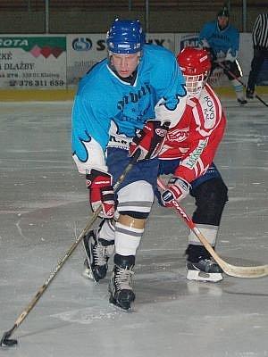 Roli favorita  po  bitvě  v utkání okresního hokejového přeboru mužů potvrdila Malá Víska, která nakonec  porazila  Staňkov 5:3. Na snímku na staňkovského Karla Kapitána  (vpředu) dotírá maloveský Hynek Král.