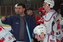 Trenér druholigových Klatov Jiří Kučera měl o víkendu na střídačce spoustu práce.