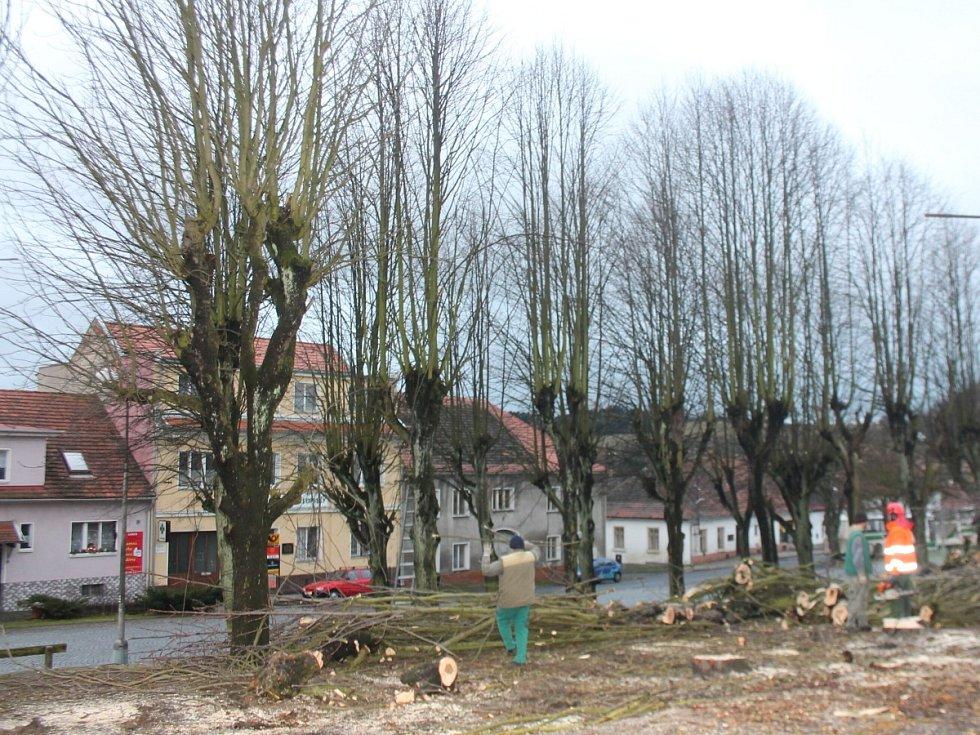 Město Plánice nechalo pokácet třicet stromů na náměstí, prý jsou nebezpečné