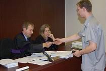 Richard Rychlý předává soudci svoje doklady.