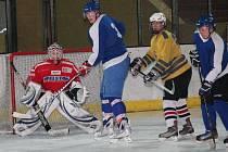 Okresní finále středních škol v hokeji na ZS v Klatovech.