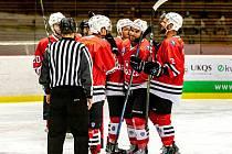 Klatovští hokejisté (v červeném) ve středu porazili Cheb (v modrobílých dresech) 3:0. Teď budou chtít obrat o Havlíčkův Brod.