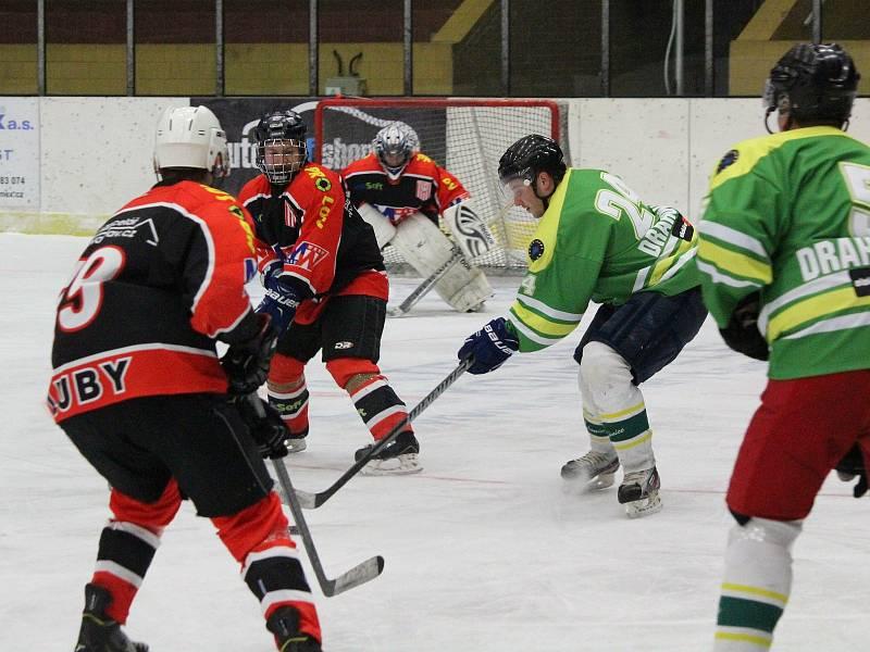 Hokejisté TJ Start Luby (na archivním snímku hráči v černočervených dresech) nestačili na Drahonice (v zeleném) 1:7.