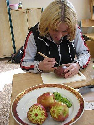 Žáci ISŠ v Klatovech při výrobě dekorací z vyřezávaného ovoce a zeleniny.