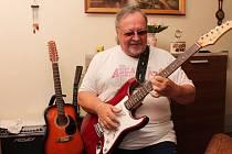 Kytaru neopustil Antonín Rybáček dodnes.