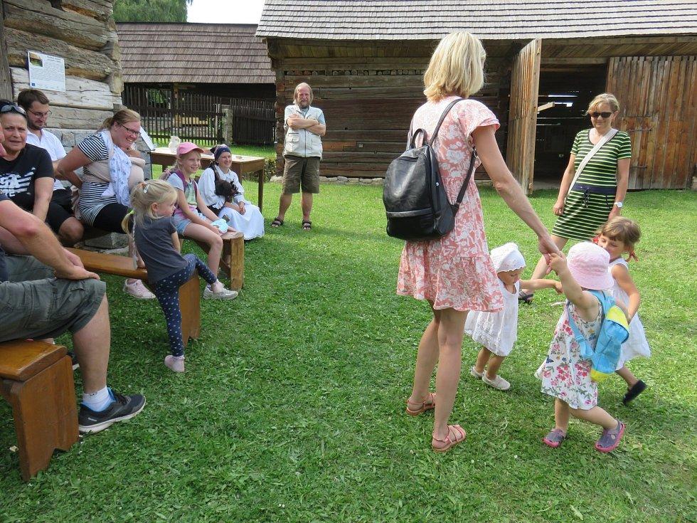 Návštěvníci ve skanzenu.