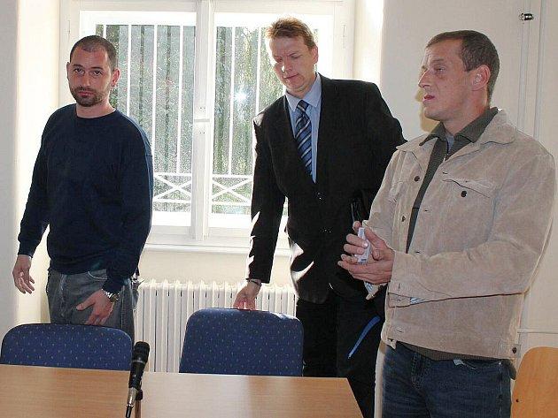 Obžalovaní Petr Kratochvíla (vlevo) a Jan Miškovič (vpravo) u klatovského soudu.