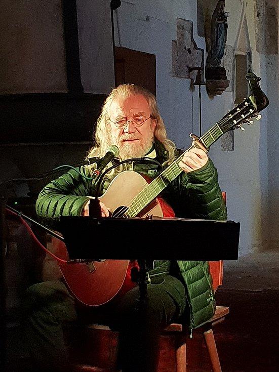 Na Mouřenci zpíval Hutka.