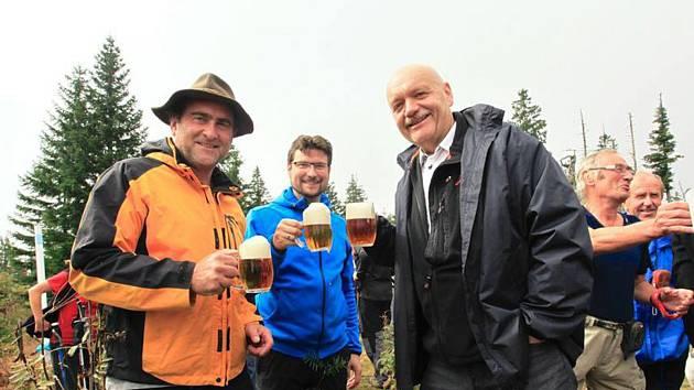 U Juránkovy chaty se sešli sousedé z obou stran hranice, starostové Lohbergu Franz Müller (vlevo), Lamu Paul Roßberger (uprostřed) a  Železné Rudy Michal Šnebergr.