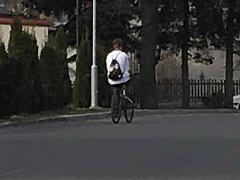 Cyklista, který srazil chodkyni.