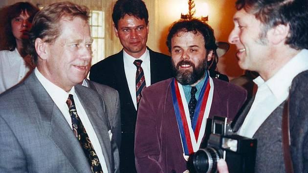 Václav Havel navštívil v roce 1995 Kašperské Hory. Na snímku z tehdejší obřadní síně v přízemí radnice zdraví prezidenta tehdejší kašperskohorský starosta František Stíbal (druhý zprava) a Vladimír Horpeniak (vpravo).