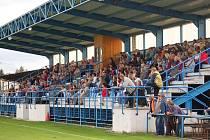 Tribuna na fotbalovém stadionu na Rozvoji v Klatovech má kapacitu 424 míst.