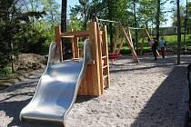Plechová skluzavka v parku, na kterou většinu dne pálí slunce a děti se tak na ni nemohou klouzat.
