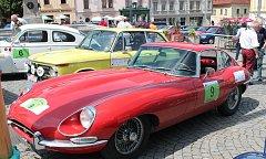Posádky Rallye Wiesbaden na klatovském náměstí.