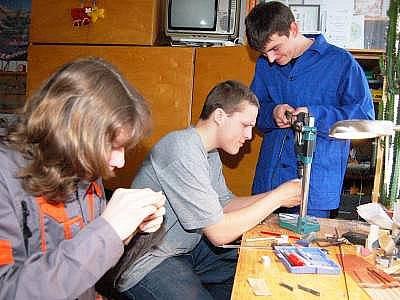 Michal Toman, Ondřej Mach a Josef Waldmann (zleva) při finální úpravě soutěžního modelu formule před sobotními testy.