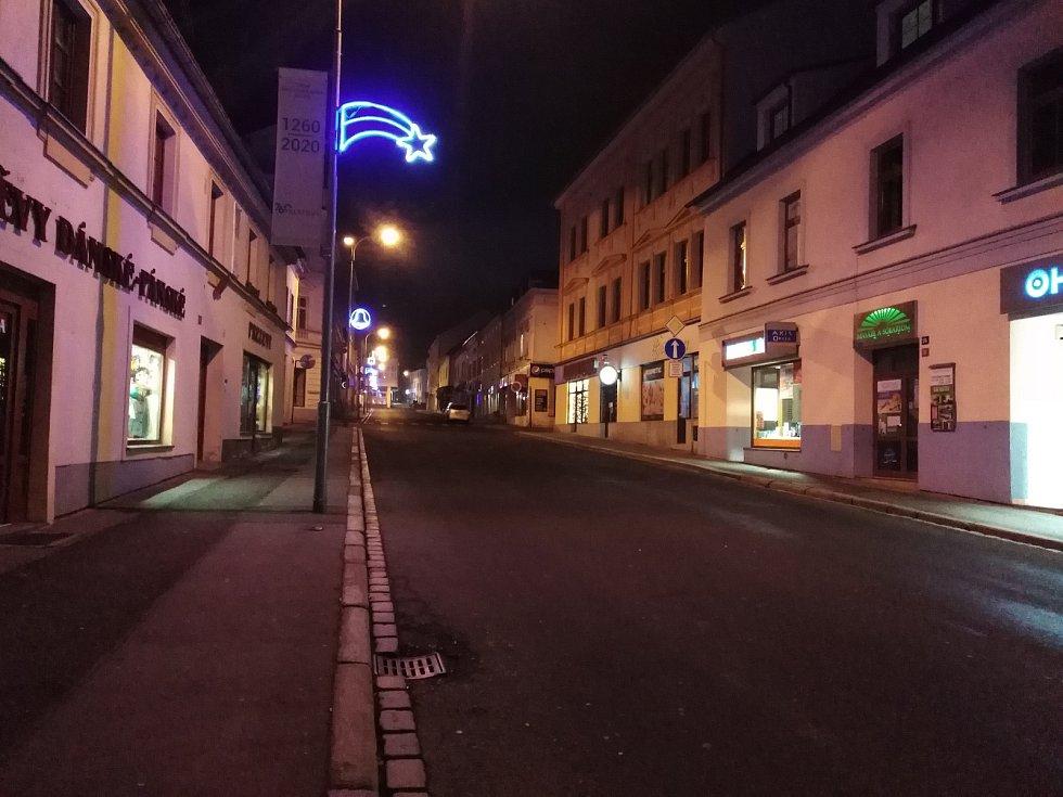 Klatovské ulice a zhasnuté podniky na Silvestra.