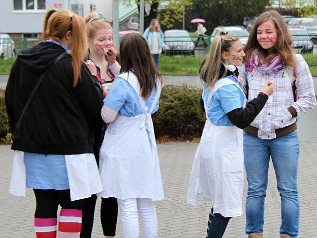 Žáci klatovské zdravotnické školy si užili výkop