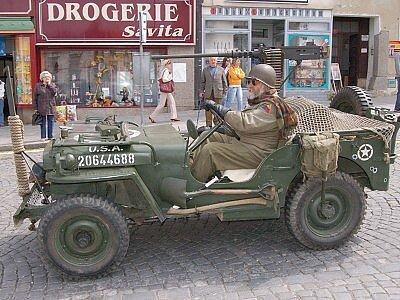O 63 let zpět v čase se včera mohl přenést každý, kdo zavítal na klatovské náměstí. Přijelo sem několik desítek historických vozidel a v nich vojáci v dobových amerických uniformách.