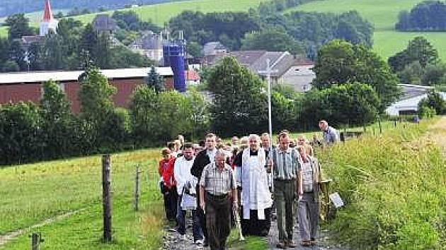 Procesí k poutní kapli sv. Anny u Čachrova