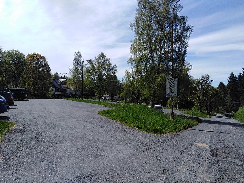 Parkoviště Kaskády na Špičáku.