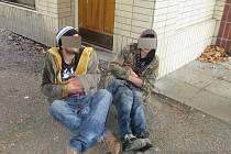 Opilí bezdomovci na klatovském nádraží.