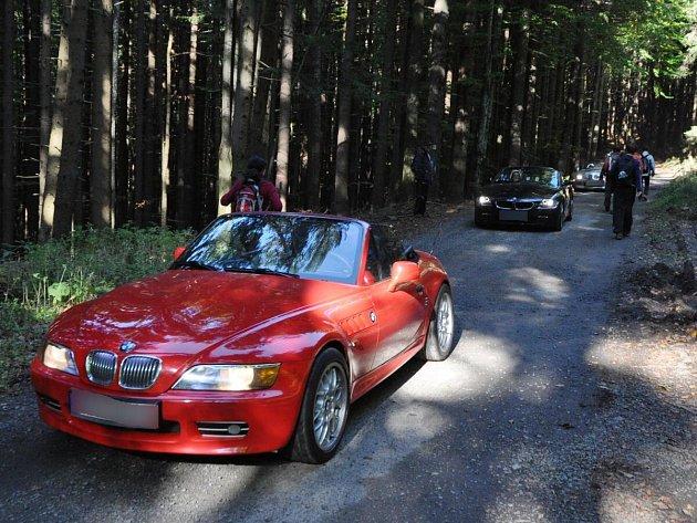 Šumavou projela kolonou luxusních BMW