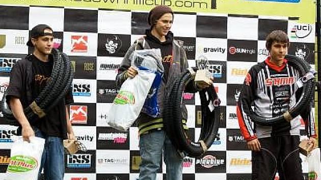 V kategorii juniorů vystoupal neznašovský mladík Tomáš Thürl  na bronzový stupínek. Na snímku jsou zleva stříbrný Stephan Schneider, vítěz Sebastian Moser a třetí Tomáš Thürl.