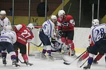Hokejisté Klatov (na archivním snímku v červených dresech) porazili v úvodním kole nového ročníku druhé ligy –  skupiny Sever výběr Děčína (v bílých dresech) 4:2.