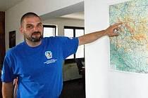 Náčelník Horské služby Šumava Michal Janďura ukazuje na mapě místa zásahů.