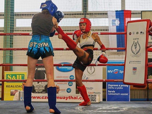 Plzeňská kickboxerka Klára Strnadová (vpravo) v zápase v thajském boxu, kterému se také věnuje.