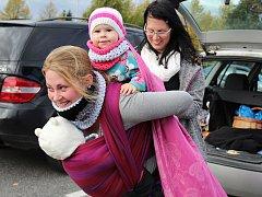 Maminky z Klatov se přidaly k týdnu nošení dětí.