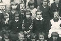 Věra Kopáčková (uprostřed) na společné fotografii z první třídy ve školním roce 1935/36.