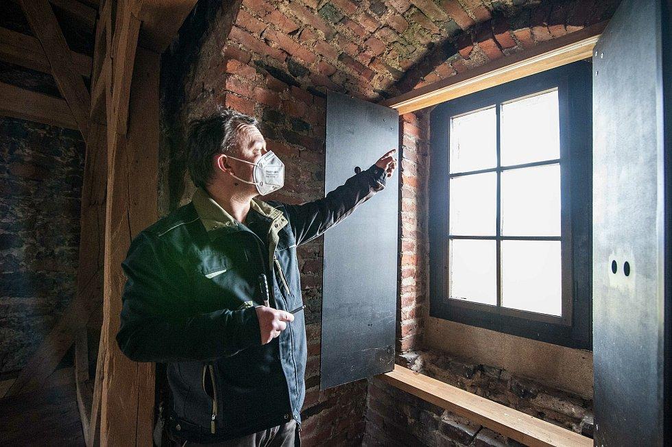 Kastelán Lukáš Bojčuk popisuje, jak se každý rok odsouvají rámy vnitřních okenic aby bylo možné umýt okna.