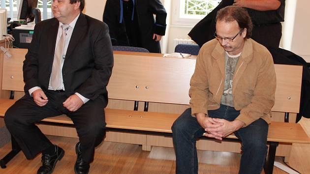 Ladislav Vlasák (vlevo) a Antonín Špídl u klatovského soudu.