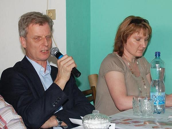 Zastupitelstvo v Maňovicích, vlevo zprava zástupce ředitele a vedoucí oddělení přípravy hlubinného úložiště  SÚRAO Jiří Slovák