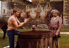 Z NATÁČENÍ filmu Hra o královnu se mezi obyvateli Švihova dochovala jedna dobová fotografie.