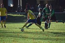 Bezděkov (na archivním snímku hráč ve žlutém) nestačil na Běšiny. Spůle (v zeleném) nastřílela šest gólů.