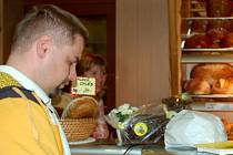 Antonín Tureček z Bystřice nad Úhlavou si v pátek kupoval beránka s čokoládovou polevou v  klatovském Pekařství na Rybníčkách. Vybrat si mohl jen z velkých, malí beránci už byli vyprodaní.