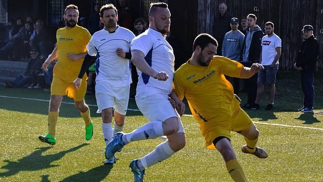 Fotbalisté Sušice B (na archivním snímku hráči v bílých dresech) porazili před vlastními fanoušky Velké Hydčice 7:2 a jako jediní jsou ve třetí třídě stoprocentní.