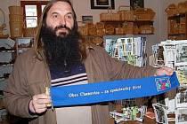Starosta Chanovic Petr Klásek ukazuje modrou stuhu obce.