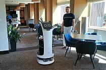 Robotická servírka v hotelu Horizont na Pancíři na Šumavě.