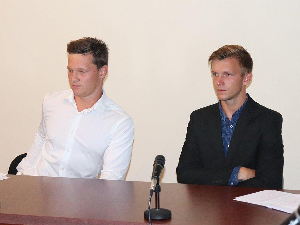 Vojtěch Havránek (v saku) a Vilém Kyrál u klatovského soudu.
