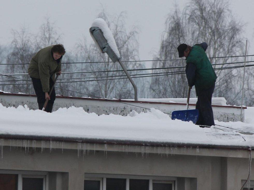 Shazování sněhu ze střech