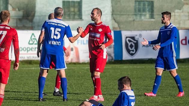 Milan Mészáros (na archivním snímku hráč vpravo v červeném dresu) je zatím k vítězství v anketě Deníku nejblíže.